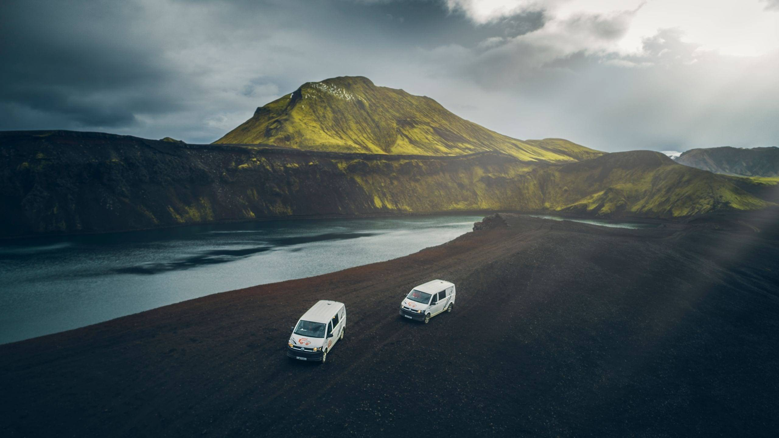 2 campers in the Icelandic Highlands